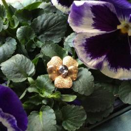 Gouden viooltje met diamant